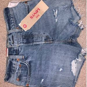 NEVER WORN LEVI'S HIGH RISE WEDGIE SHORT SIZE 24